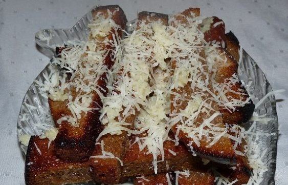 Гренки из черного хлеба с сыром и чесноком